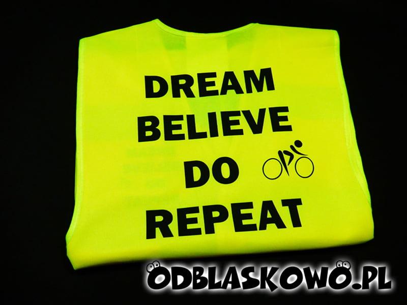 Kamizelka odblaskowa z czarnym nadrukiem dream believe do repeat