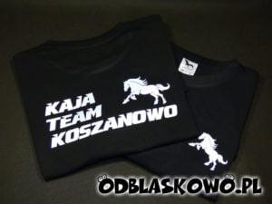 Koszulka odblaskowa z napisem kaja team na czarnej koszulce