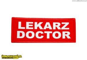 Emblemat na czerwonym tle odblaskowy lekarz doctor