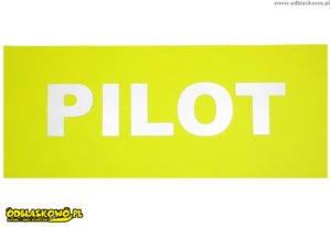 Jasne napisy pilot na naszywce w kolorze żółtym