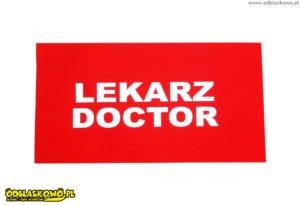 Lekarz doctor na czerwonym tle odblask