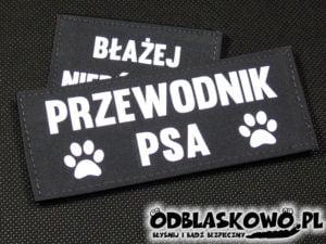 Naszywka odblaskowa flex przewodnik psa na czarnym tle