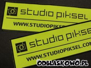 Naszywka studio piksel na żółtym tle