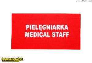 Pielęgniarka na tle czerwonym emblemat odblaskowy
