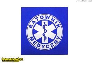 Ratownik medyczny odblaskowy na niebieskim tle