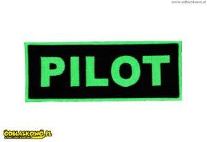 Zielony pilot na odblaskowym emblemacie